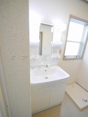 窓付きの綺麗な独立洗面台・室内洗濯機置き場です。