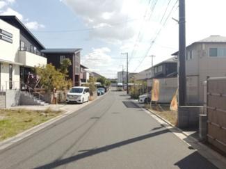 グランファミーロおゆみ野 前面道路は広々幅員6m 交通量少なく安全
