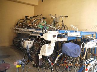 敷地内に駐輪場があるので便利です