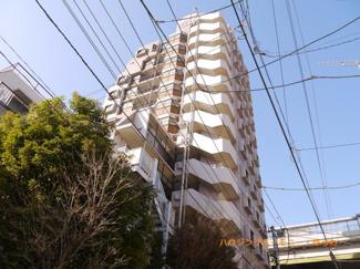 SRC造14階建てのシャープな造りのマンションです。