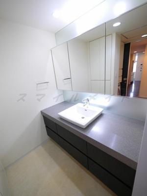 大きな鏡の独立洗面台です。三面鏡です。