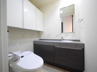 冬場も温かい温水洗浄便座・手洗い場・上部に収納も有ります。
