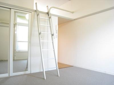 同タイプ居室:ベッド台、カーテン、TV、ローテーブルが付きます!