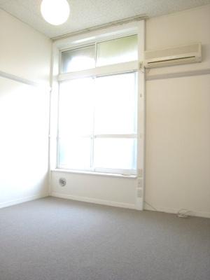 同タイプ居室:ロフトのお部屋なので天井高くて開放的です。