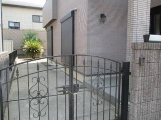 四街道市内黒田 中古一戸建て 門扉を入ってもゆったりスペース♪