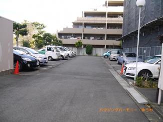 敷地内には、広々した駐車場もあります。