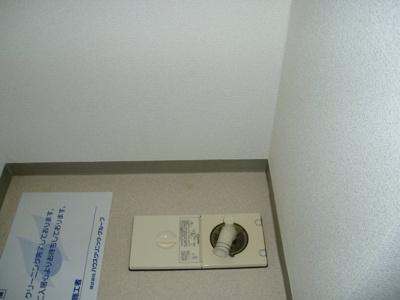 洗濯機置場には扉がついていますので洗濯機を収納しておくことができます