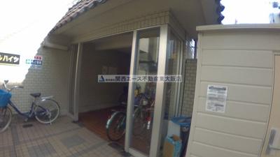 【エントランス】ロイヤルハイツ八戸ノ里|地域最安値の2DKです☆|