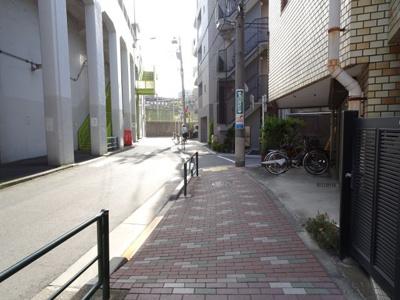 大塚ビル駐車場 建物前