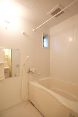 湯ったりくつろげる追い焚き給湯のあるお風呂です