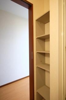 脱衣所には棚がありますからタオルや洗剤の収納に便利です