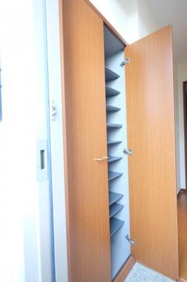 玄関には大型のシューズボックスが備えられています