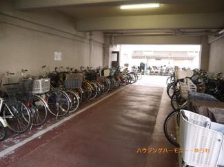 建物内に、広々した駐輪場があります。