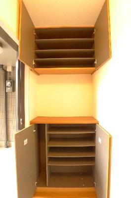 玄関には上下に分かれた下駄箱があり、たくさん収納できます。