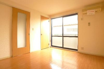 6.4帖の洋室です。窓が二面あり明るいです。