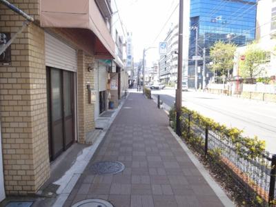 木村ビル 建物前 日暮里中央通り沿いの物件で夜道安心です!