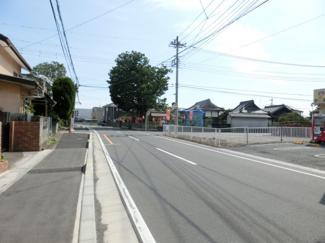 接道する市道の写真です。右側に対象地があります。