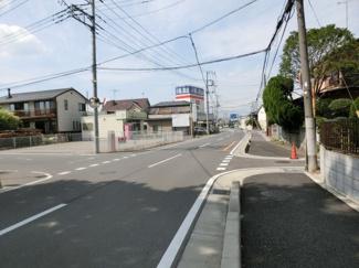 接道する市道の写真です。左側に対象地があります。