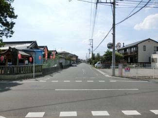 接道する市道の写真です。右側に対象地があります。左側は神社です。