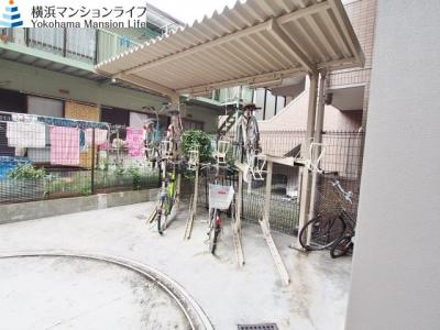 屋根付きの駐輪場ですので、雨の日も自転車が濡れずに安心です。