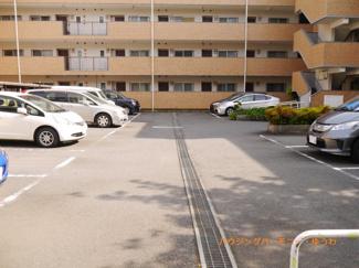 敷地内に広々した駐車場があります。