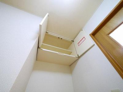 洗濯機置き場上部にも収納スペースがあります!