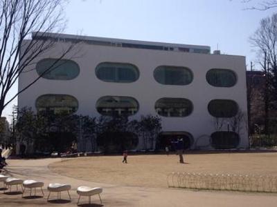 南口の武蔵野プレイス、図書館と芝生はイイ感じです。