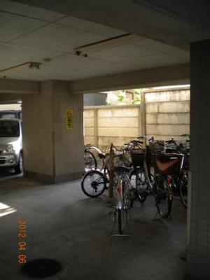 1階駐車場奥右側にある駐輪場 屋根があるので雨に濡れません。