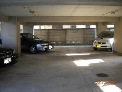 1階 別途契約で賃貸可能な駐車場(屋根付き) 現在空き無し 25000円/月