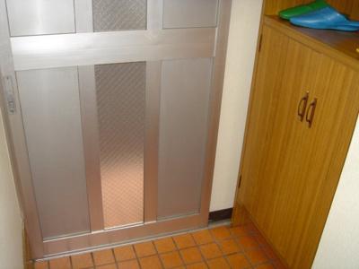 玄関入り口横の靴箱収納