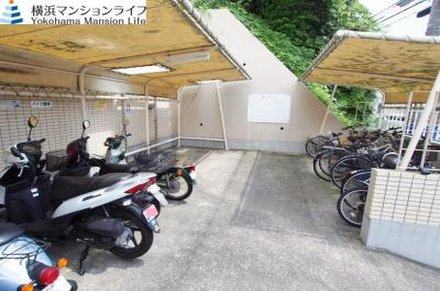 バイク置き場や駐輪場完備です。