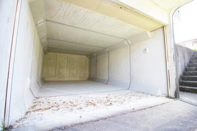 掘り込み駐車場で大切なお車を雨風から守ります。