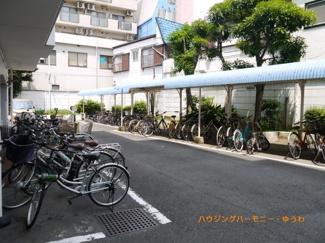 敷地内に、広々とした屋根付き駐輪場があります。