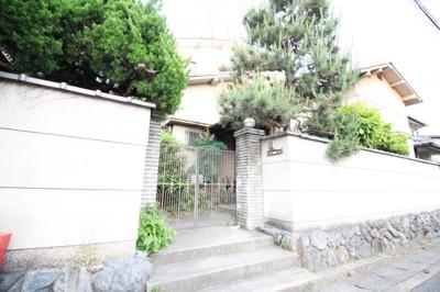 しっかりとした門がある古民家風のお家。