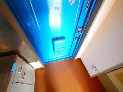 青いドアのおしゃれな玄関です