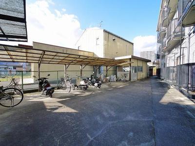 広い駐輪場は屋根付きで便利ですね