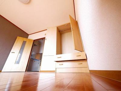 棚と引き出しを備えた収納棚があります