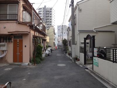関根貸家 (右) 物件前 閑静な住宅街で静かな環境です!