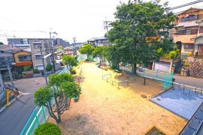 西側にある《広野丸山南児童遊園》です。緑もあり解放的なロケーションで気持ちのよい暮らしになりそうですね。