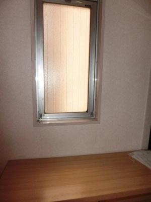 玄関に窓あります