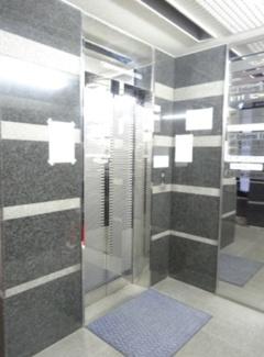 正面玄関はエレベーターホール、後方玄関には専用階段がございます。