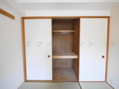広々和室の収納・棚があり整理・整頓しやすいです。