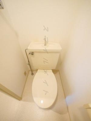 清潔感のあるトイレ・窓と上部には棚付きです。
