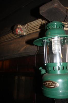 もちろん電気は接続されていますが、ランタンなどを活用しても雰囲気がでます。