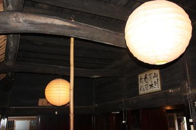天井の梁が良い味を醸し出す空間