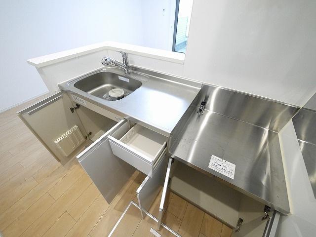 キッチンには床下収納もございます。