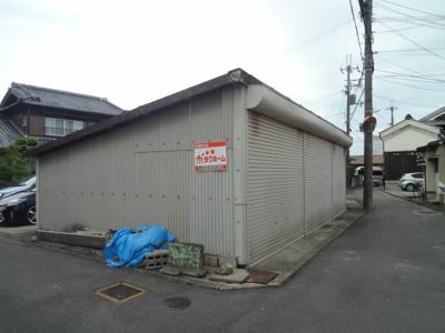 【外観】細原シャッター付き駐車場