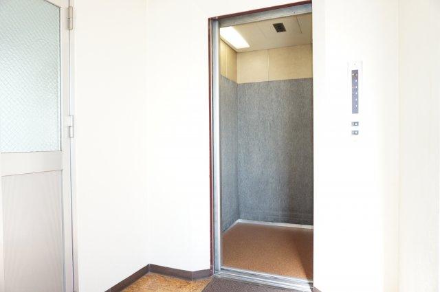 テンポ良く動いてくれるストレスフリーなゆったりサイズのエレベーターです。