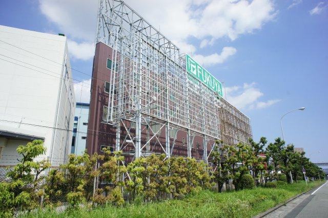 建物は空港に向かって建ち、広告塔にもなっています。
