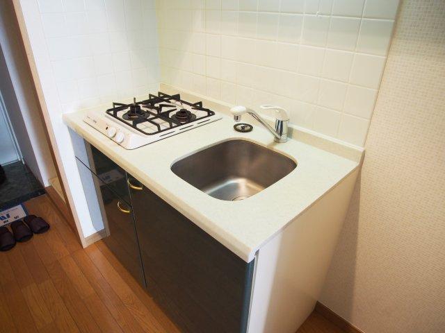 キッチンはコンパクトですが2口ガスコンロ付でお料理に便利!